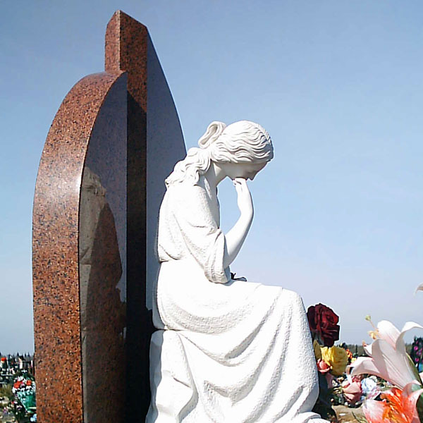 Скорбящая на памятнике - собирательный образ материнской утраты